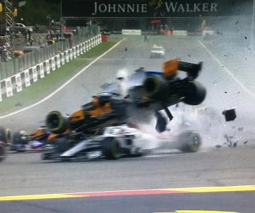 Momento em que o McLaren de Alonso passa por cima do Alfa Romeo de Leclerc.