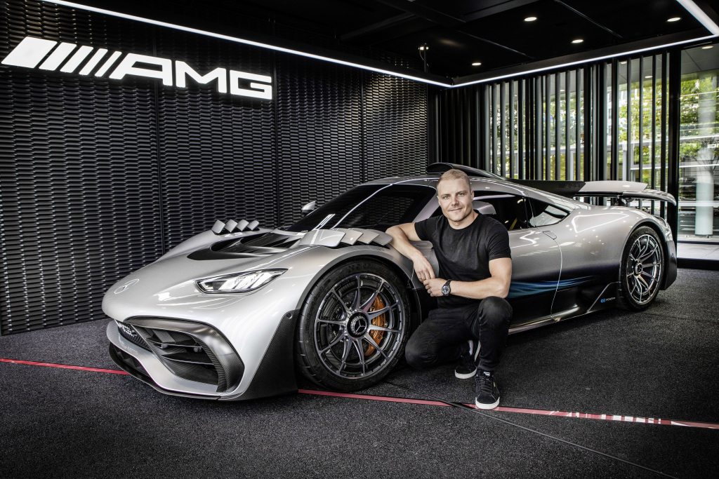 O piloto de F1 Valtteri Bottas ao lado do Mercedes-AMG One