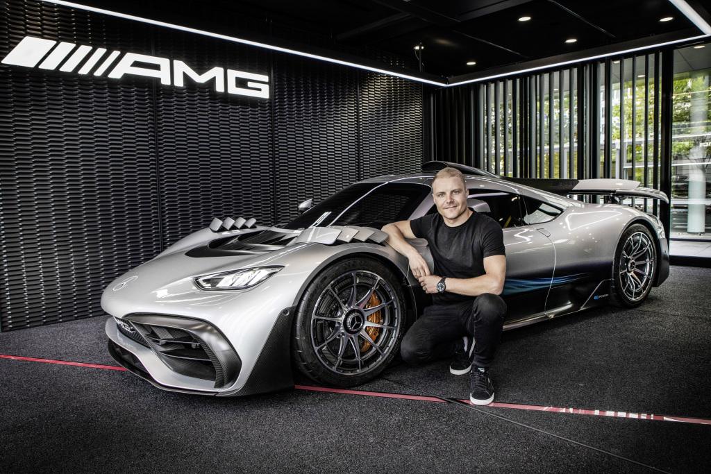 O piloto de F1 Valtteri Bottas ao lado do Mercedes-AMG One