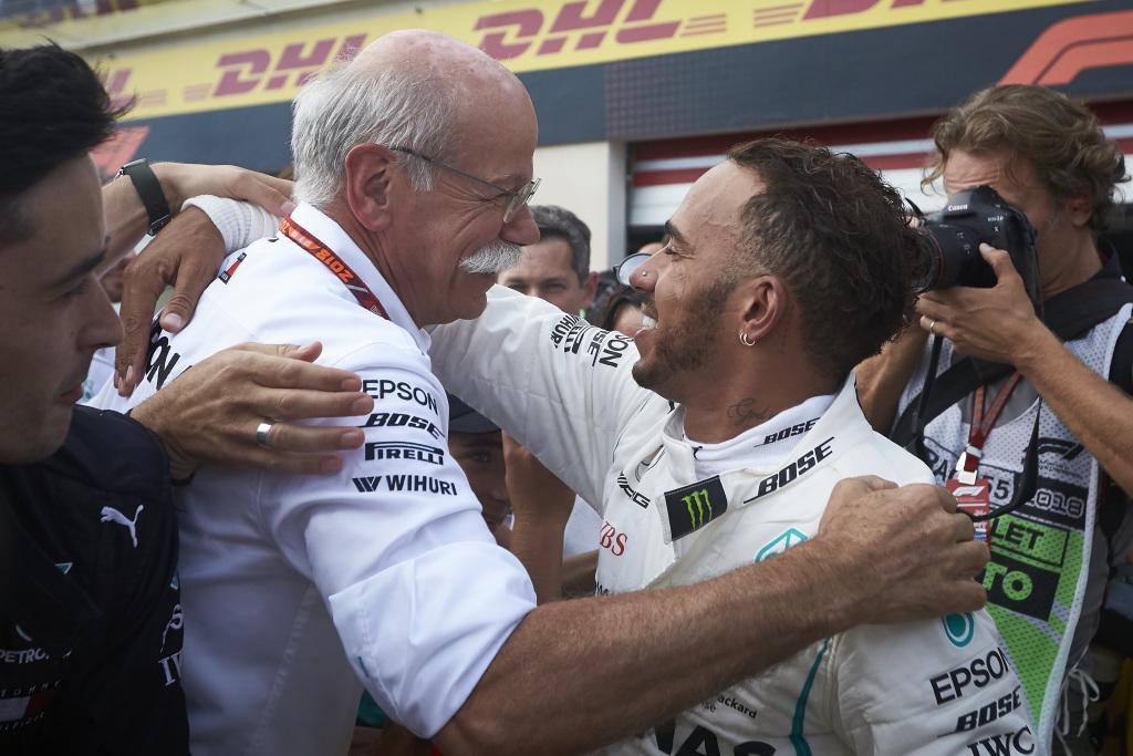 Hamilton comemora o título com o patrão da Daimler Dieter Zetsche