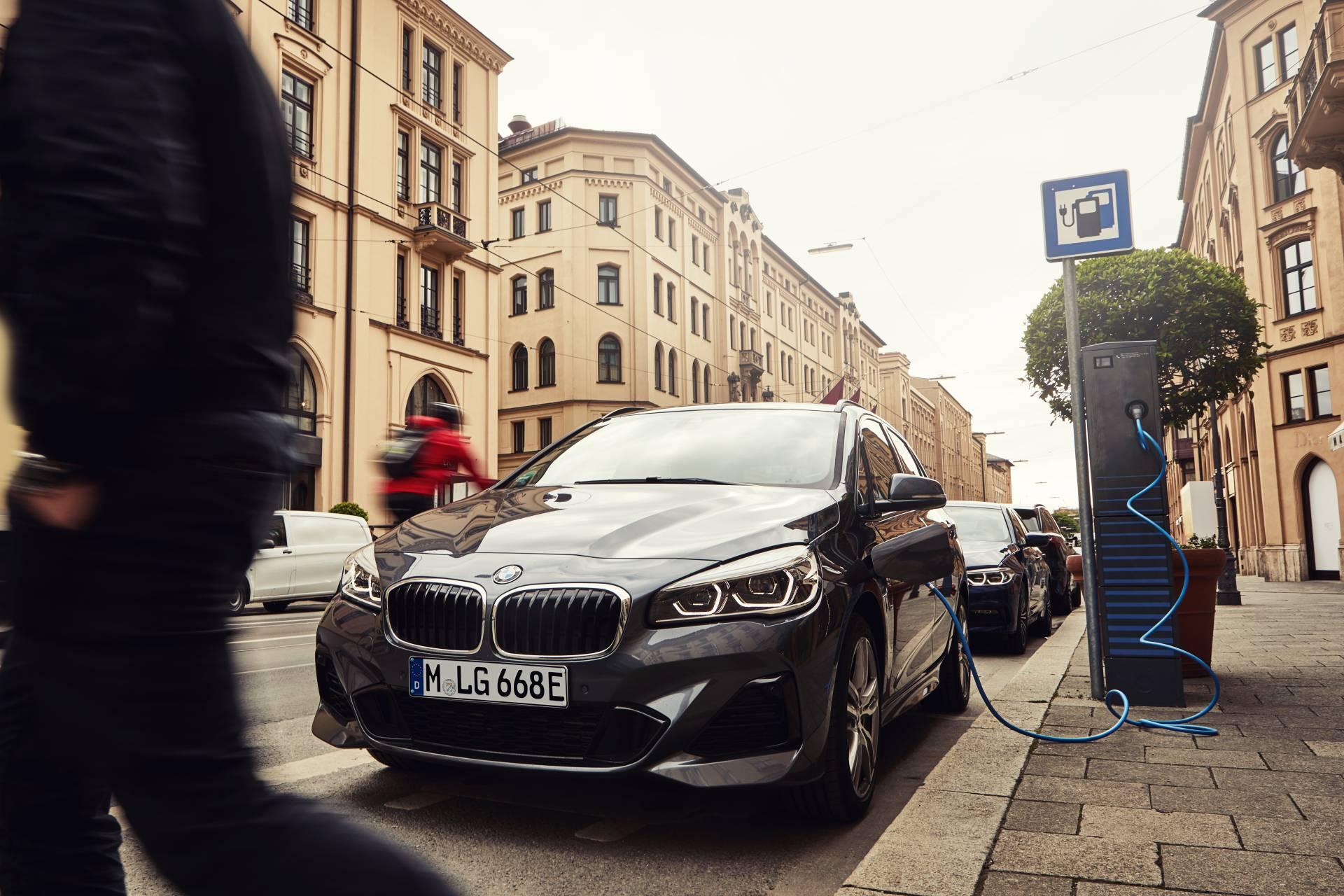 BMW 225xe ganha mais autonomia