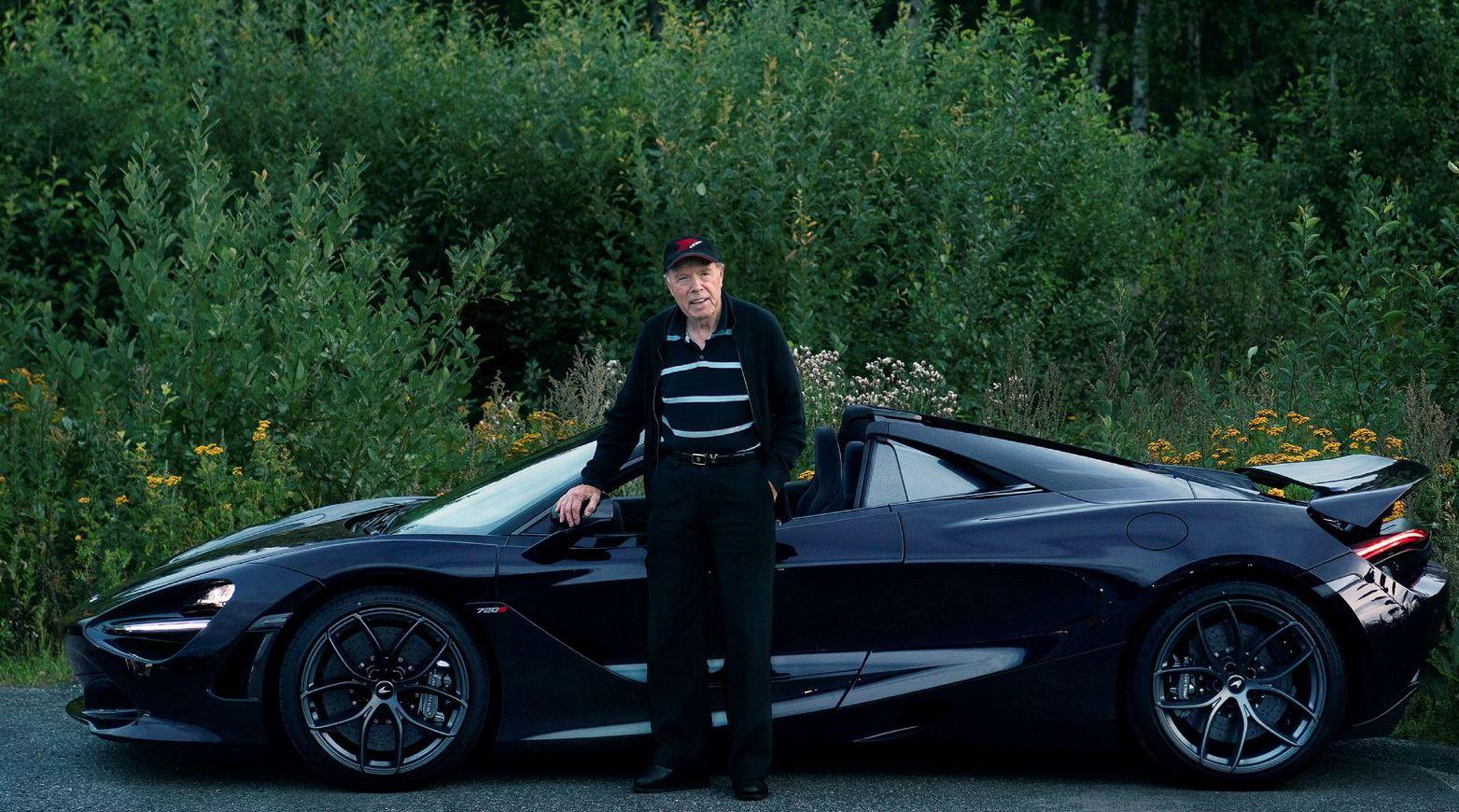 O homem de 78 anos junto ao seu McLaren 720S Spider