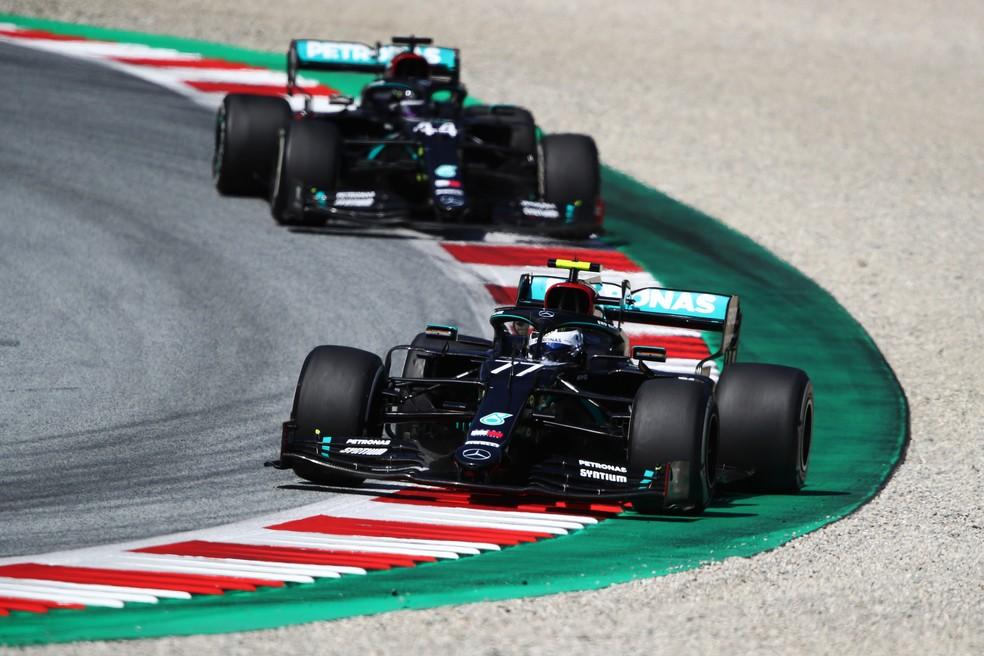 Bottas e Hamilton protagonizaram um aceso duelo