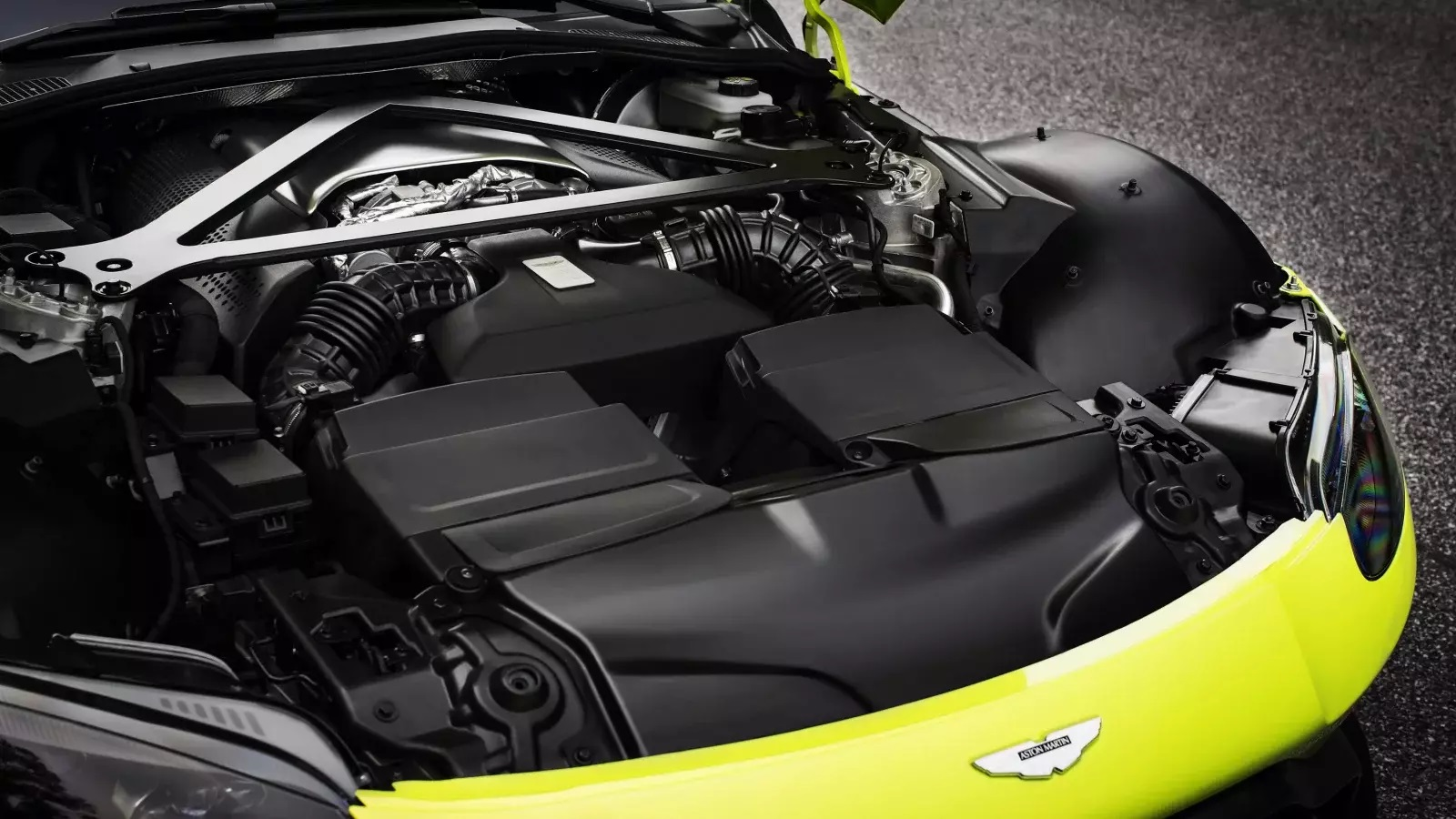 Motor Mercedes-AMG debaixo do capot de um Aston Martin