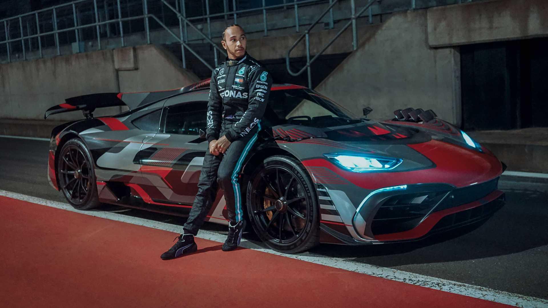 Lewis Hamilton com o protótipo do Mercedes-AMG One
