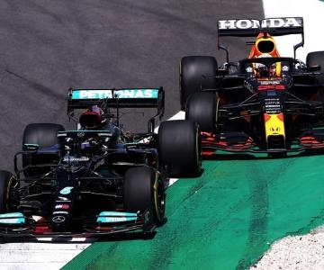 Hamilton à frente de Verstappen