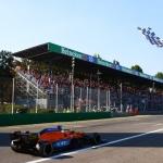 Ricciardo a cortar a meta